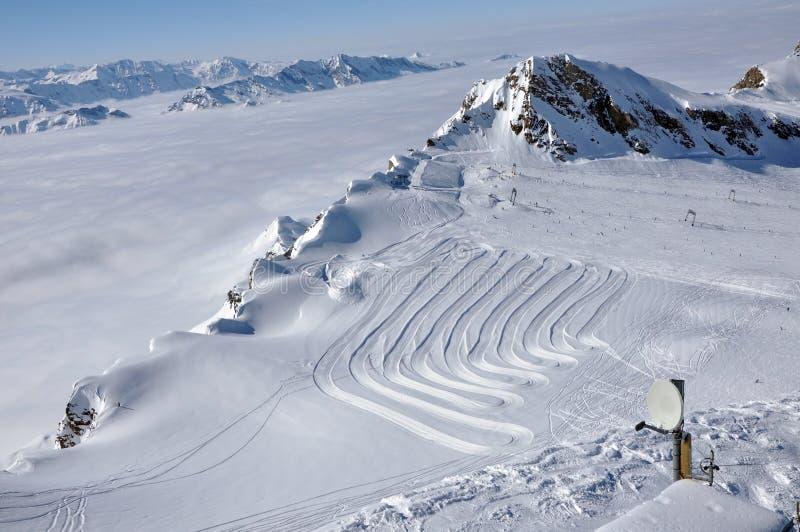 阿尔卑斯奥地利kitzsteinhorn手段滑雪倾斜 库存图片