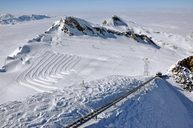 阿尔卑斯奥地利kitzsteinhorn手段滑雪倾斜 免版税库存图片