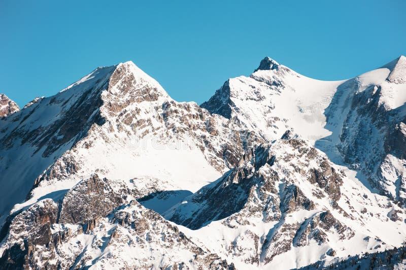 阿尔卑斯山积雪的峰顶在库尔舍瓦勒,法国 库存图片