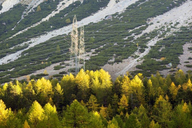 阿尔卑斯山脉电力线 免版税库存图片