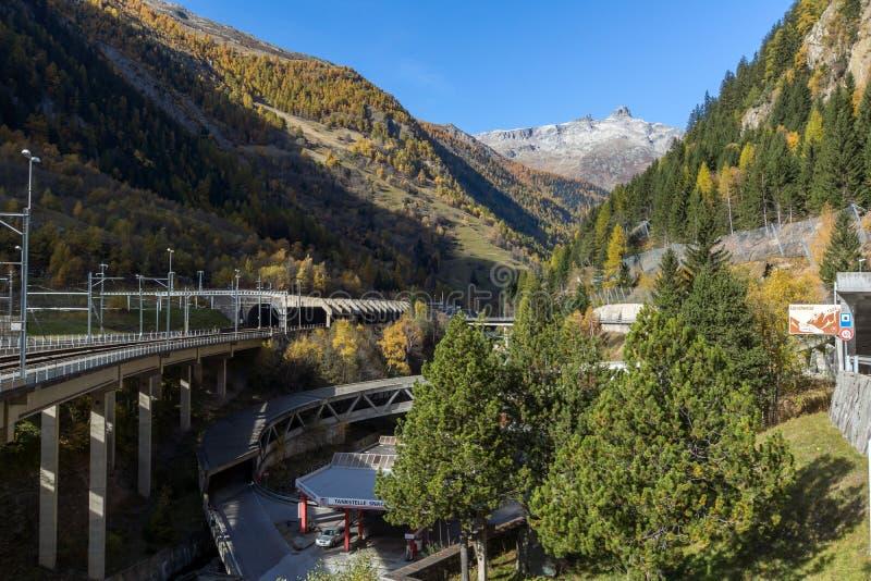 阿尔卑斯惊人的全景和Lotschberg挖洞在山下 库存图片