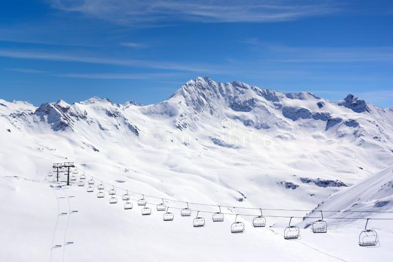 阿尔卑斯环境美化与滑雪电缆车,蒂涅,法国 免版税库存图片