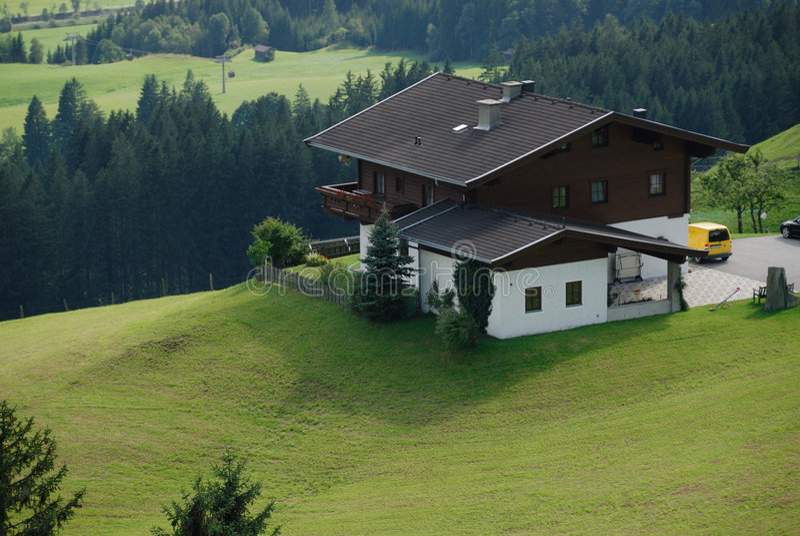 阿尔卑斯瑞士山中的牧人小屋 免版税库存照片