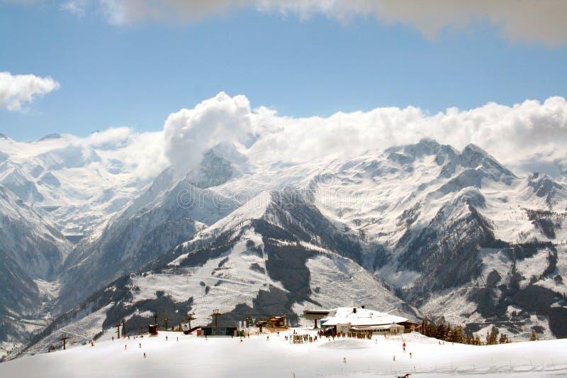 阿尔卑斯瑞士山的滑雪者 库存照片
