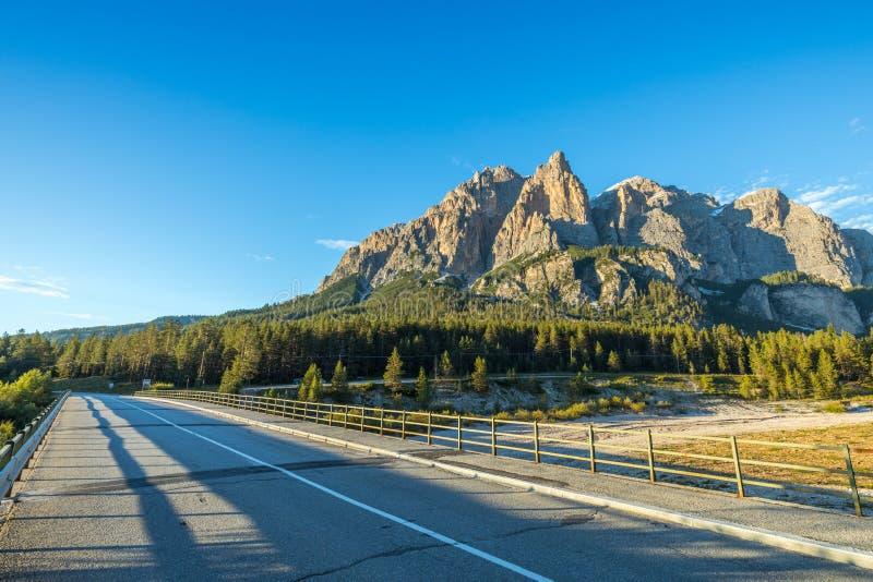 阿尔卑斯白云岩意大利 美好的日 在co的路通行证 图库摄影