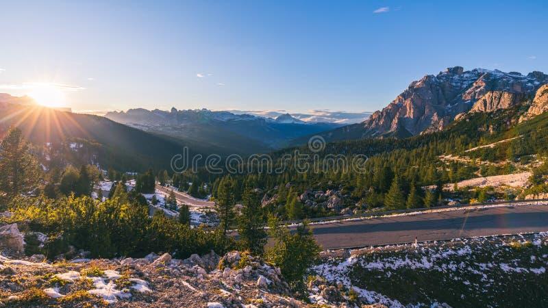 阿尔卑斯白云岩意大利 美好的日 在co的路通行证 库存图片