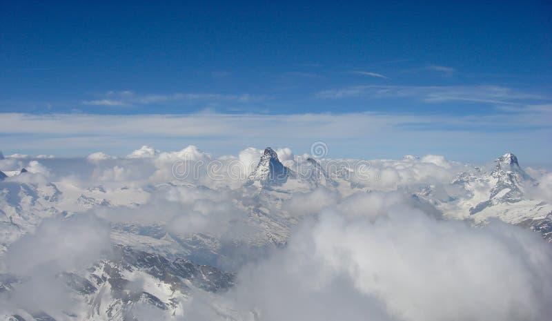 阿尔卑斯的全景视图在策马特附近的在云彩上海与著名马塔角和凹痕偷看上面克洛的布兰奇的 库存图片
