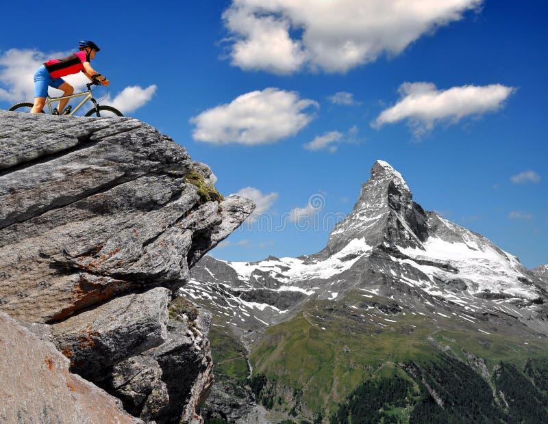 阿尔卑斯骑自行车者瑞士 免版税库存图片