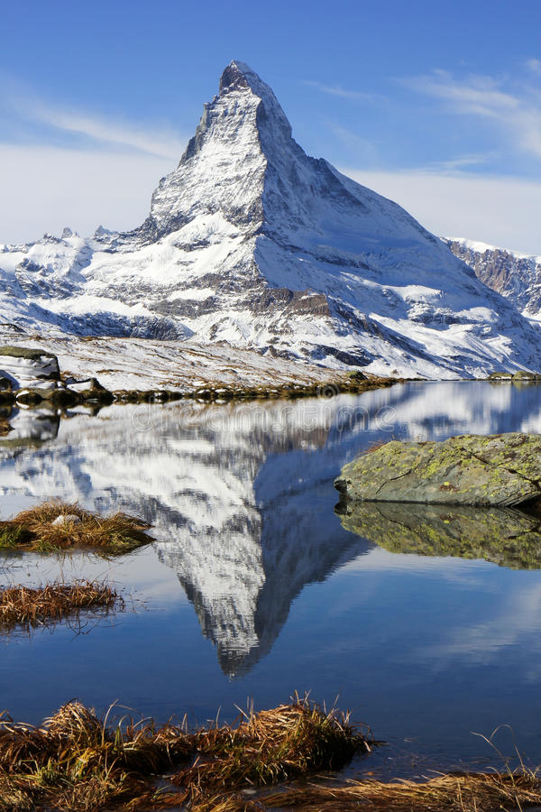 阿尔卑斯高峰马塔角和Stellisee湖,瑞士 库存图片