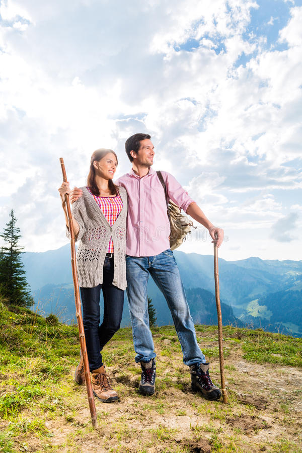 阿尔卑斯-远足在巴法力亚山的夫妇 免版税图库摄影