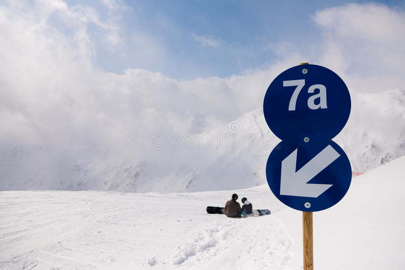 阿尔卑斯piste滑雪 免版税库存图片