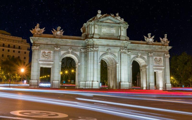 阿尔卡拉门在晚上,马德里,西班牙看法  图库摄影