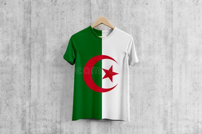 阿尔及利亚在挂衣架,阿尔及利亚的服装生产的队一致的设计想法的旗子T恤杉 全国穿戴 向量例证