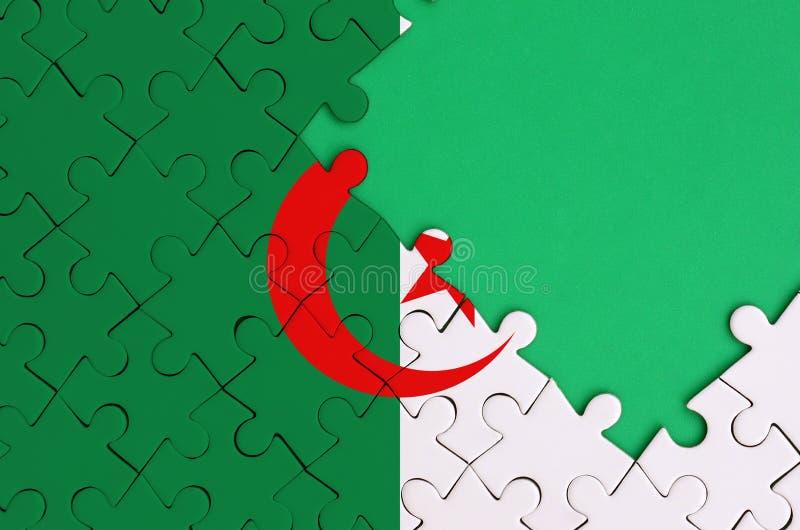 阿尔及利亚旗子在与自由绿色拷贝空间的一个完整七巧板被描述在右边 向量例证