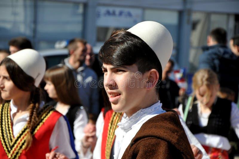 阿尔巴尼亚传统服装的年轻男孩在庆祝科索沃` s独立的第10周年仪式在Dragash 免版税库存照片