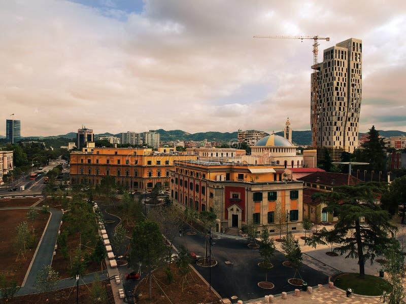 阿尔巴尼亚地拉纳 2018年5月:最近renocated斯甘德伯公平资本市中心全景  免版税库存图片