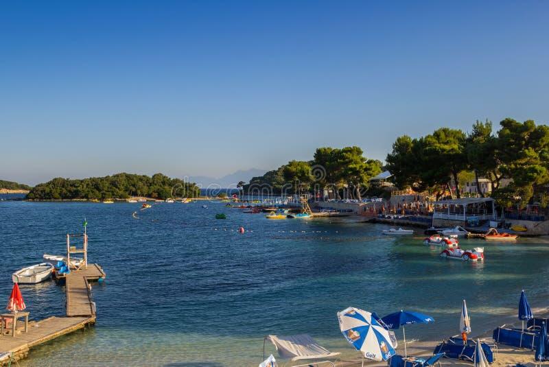 阿尔巴尼亚, ksamil 2018年7月-13 游人基于海滩爱奥尼亚海 免版税库存图片