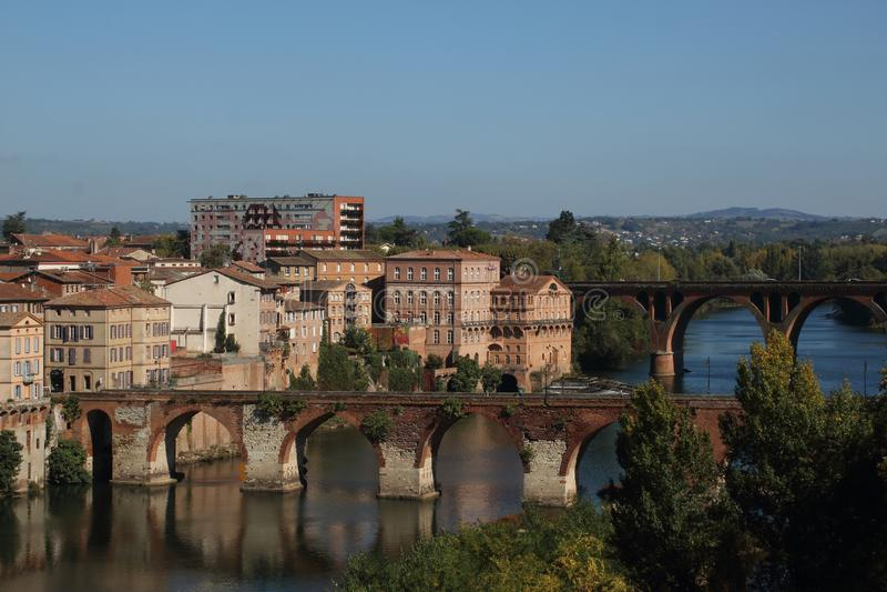 阿尔比 对老和新的桥梁的看法在河 免版税库存照片