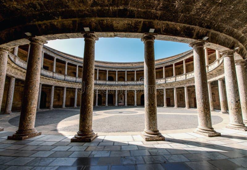 阿尔汉布拉卡洛斯de格拉纳达宫殿v 卡洛斯v宫殿的法院 免版税库存照片
