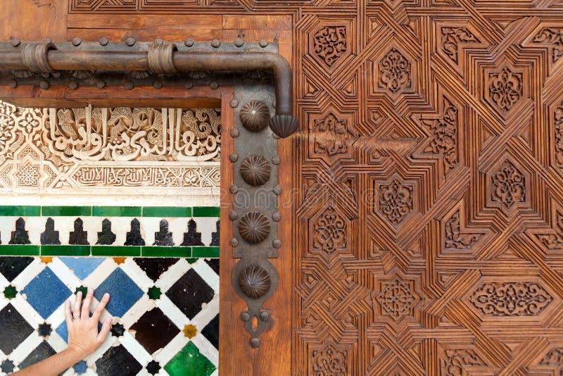 阿尔汉布拉门巨大的里面宫殿 免版税库存图片