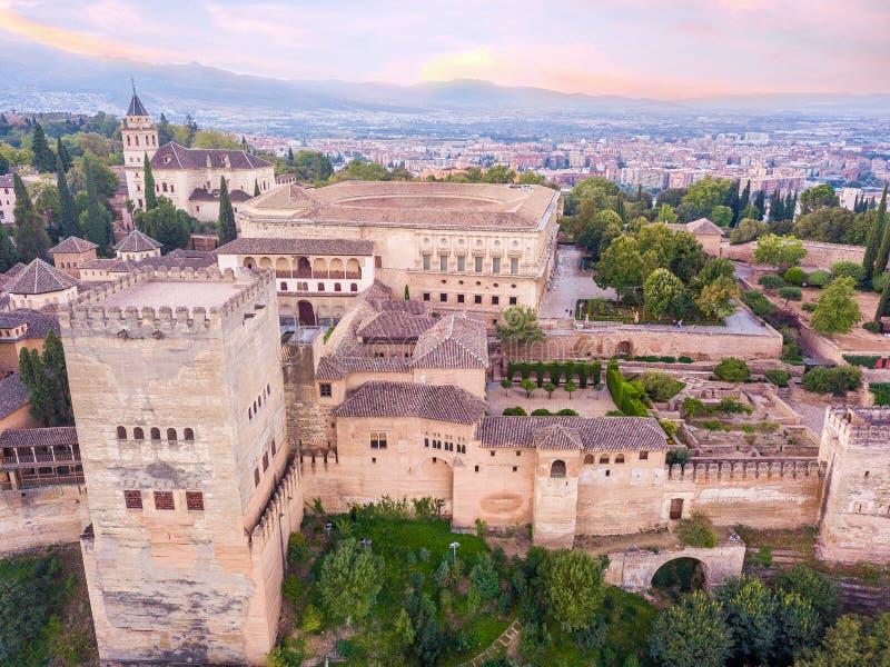 阿尔汉布拉 位于格拉纳达的宫殿和堡垒复合体,安大路西亚,西班牙 日出 从寄生虫的空中照片 库存图片