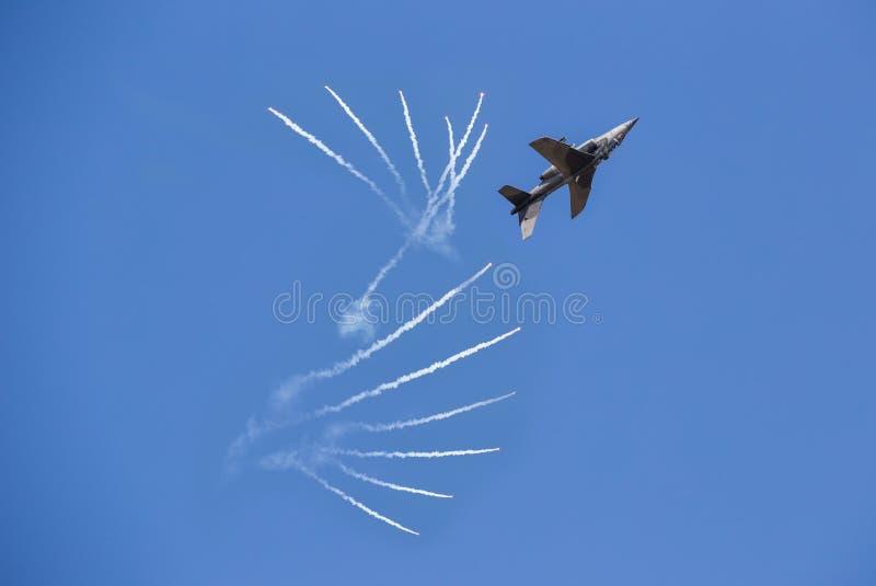 阿尔法喷气式歼击机喷气机在飞行中在机场乌隆他尼机场泰国 免版税库存图片