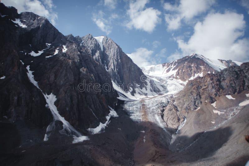 阿尔泰山的积雪覆盖的峰顶在俄罗斯 Aktru冰川 库存图片