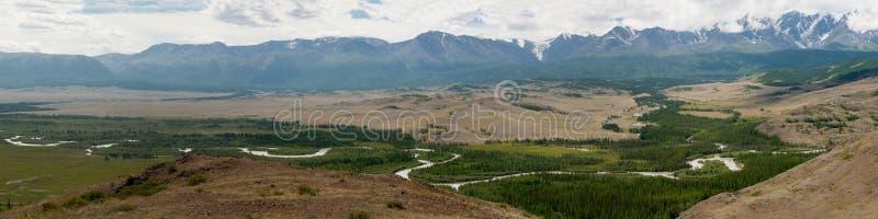 阿尔泰山脉、Chuya河和Kuray干草原 全景 库存图片