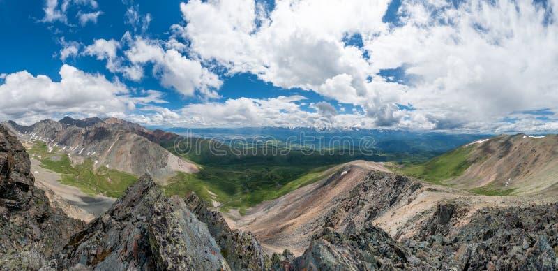 阿尔泰山脉、Chuya河和Kuray干草原 非常大全景 库存图片