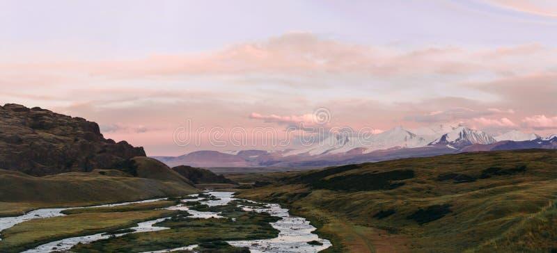 阿尔泰, Ukok高原 与山的美好的日落在背景中 多雪的山峰秋天 旅途通过俄罗斯,阿尔泰 免版税库存图片