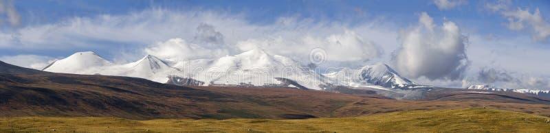 阿尔泰, Ukok高原 与山的美好的日落在背景中 多雪的山峰秋天 旅途通过俄罗斯,阿尔泰 免版税库存照片