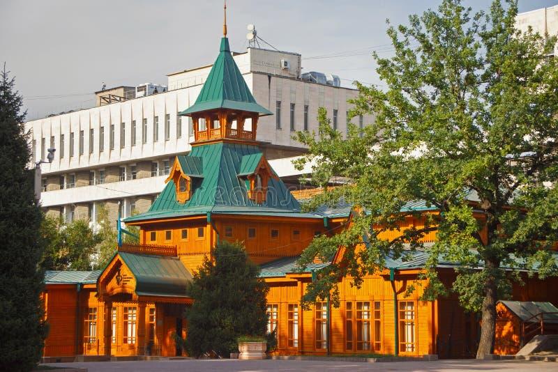 阿尔玛蒂,哈萨克斯坦- 2017年7月27日:民间乐器哈萨克人博物馆的木大厦  免版税库存图片