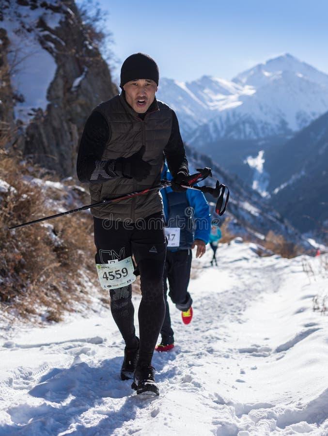 阿尔玛蒂,哈萨克斯坦- 2017年4月09日:非职业竞争-山半马拉松,在阿尔玛蒂山麓小丘的 库存图片