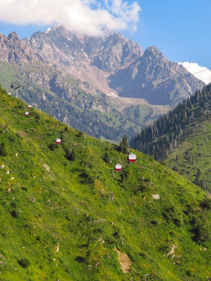 阿尔玛蒂-山和缆索铁路的路向Shymbulak滑雪胜地 免版税库存照片