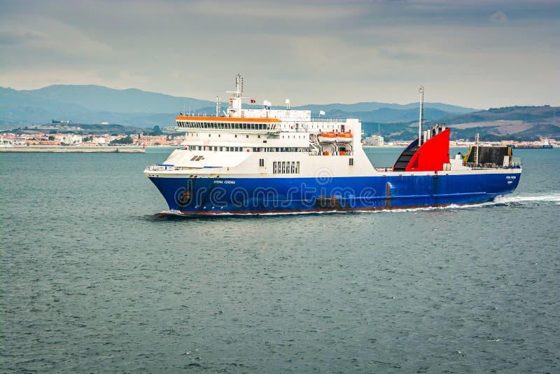 阿尔盖斯莱斯,西班牙- 2013年10月22日 在阿尔盖斯莱斯附近港的渡轮  免版税库存照片