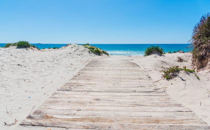 阿尔盖罗岸的木木板走道 免版税图库摄影