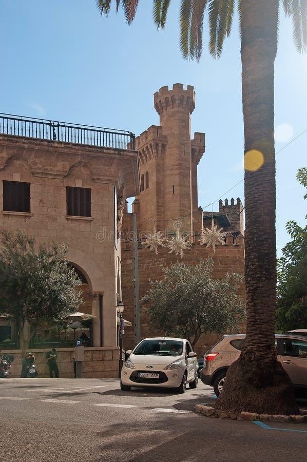 阿尔穆代纳中世纪城堡和圣诞灯 免版税库存照片