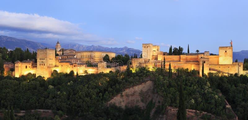阿尔罕布拉宫宫殿被照亮在黄昏,西班牙 免版税库存照片