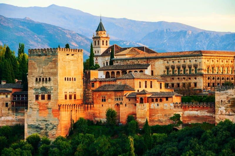 阿尔罕布拉宫宫殿鸟瞰图在格拉纳达,日落的西班牙 免版税图库摄影