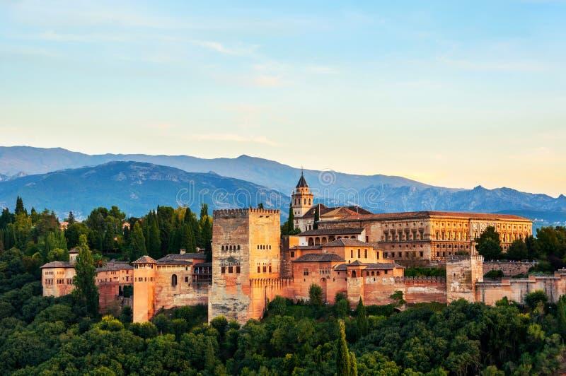 阿尔罕布拉宫宫殿鸟瞰图在格拉纳达,日落的西班牙 免版税库存图片