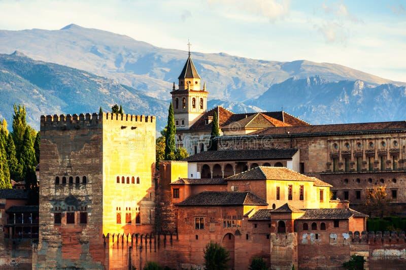阿尔罕布拉宫宫殿鸟瞰图在格拉纳达,有内华达山山的西班牙在背景 免版税库存图片