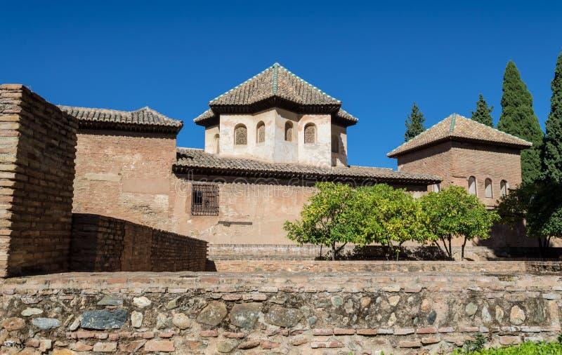 阿尔罕布拉的庭院和古老大厦的美丽的景色 免版税库存照片