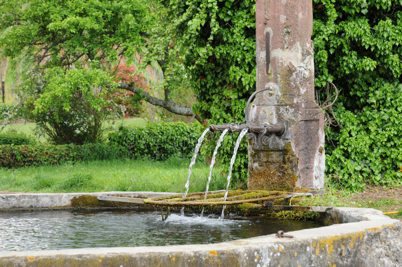 阿尔萨斯,一个美丽如画的老喷泉在Hunawihr 图库摄影