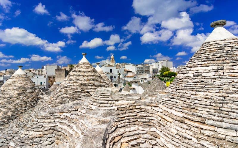 阿尔贝罗贝洛,普利亚,意大利:在传统屋顶的都市风景 免版税图库摄影