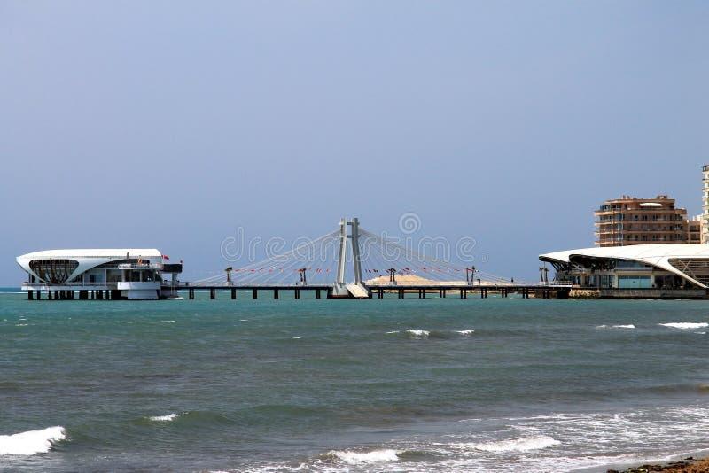 阿尔巴尼亚,都拉斯,缆绳被停留的桥梁在海 库存图片