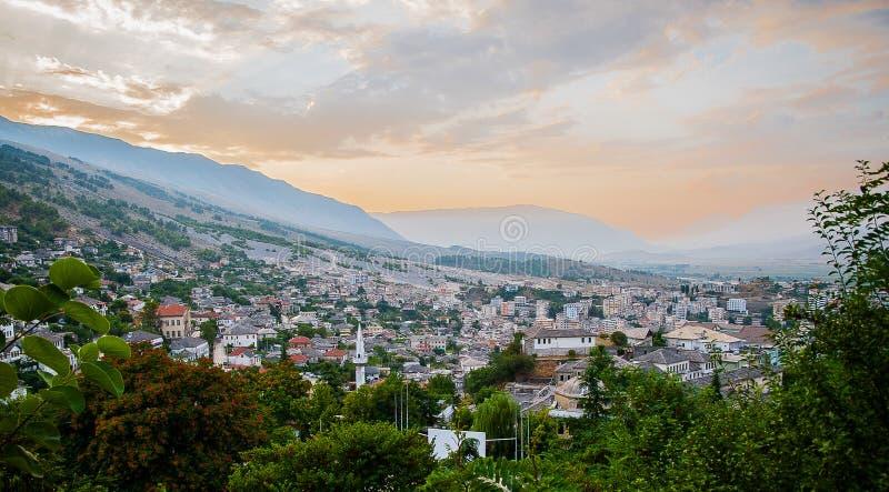 2016年阿尔巴尼亚Gjirokastra城堡、老镇、看法对城市和moutains 免版税图库摄影