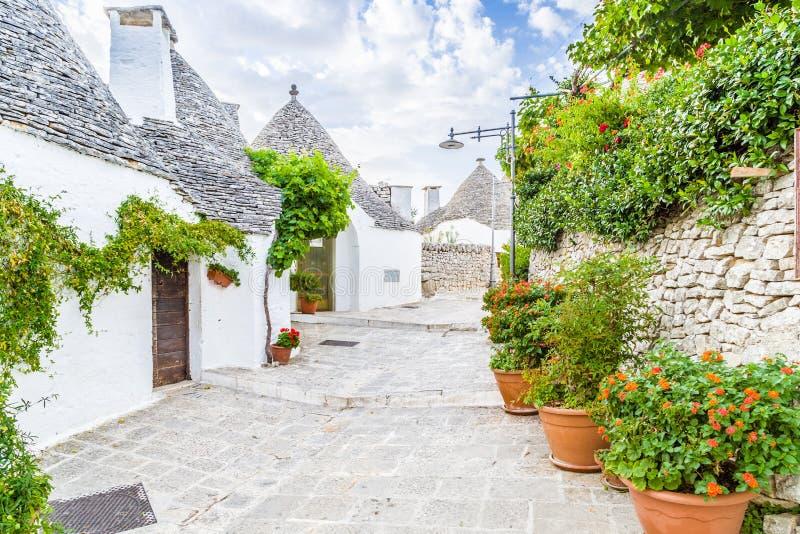 Download 阿尔贝罗贝洛Trulli房子在普利亚在意大利 库存图片. 图片 包括有 屋顶, 历史记录, 南部, 意大利语 - 62529173