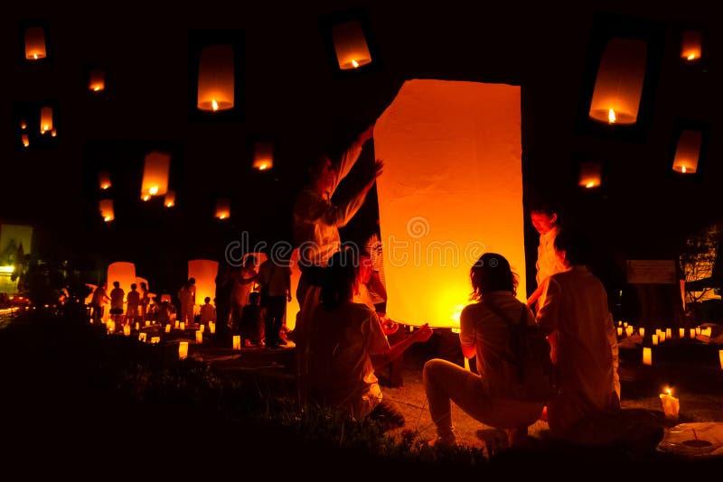 阿尤特拉利夫雷斯,泰国- 12月5 :泰国人浮动灯笼  图库摄影