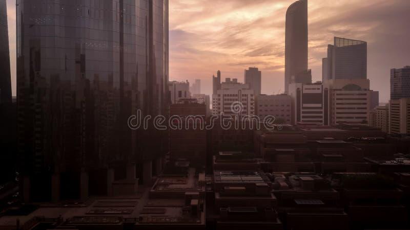 阿布扎比反对史诗云彩和香港世界贸易中心塔的市地平线 库存照片