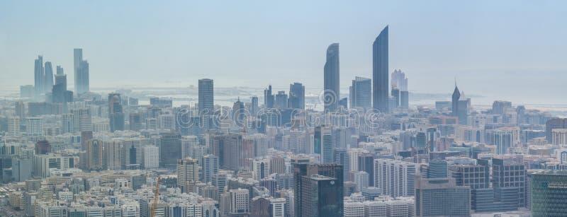 阿布扎比市地平线、著名塔和摩天大楼鸟瞰图  库存图片